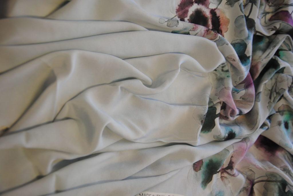 DSC 0100 1024x685 Dipinto su seta   PANNELLO abito